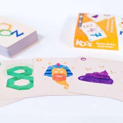 Kooz le jeu de cartes. Exemple de cartes: 3, 8, dieu, merde, joker.